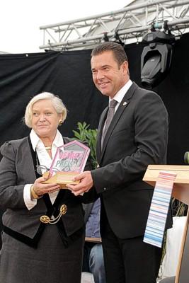 Auszeichnung für Annegret Dreßel vom Teddy u. Puppen Museum Steinheim